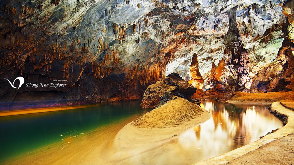 Vị trí đẹp nhất Động Phong Nha với dòng sông ngầm và bãi cát dài