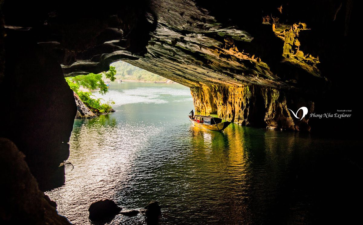 Từ bên trong của hang nhìn ra ngoài