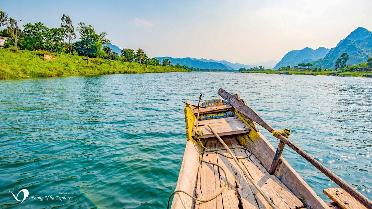 Thuyền xuôi dòng Sông Son vào hang động Phong Nha