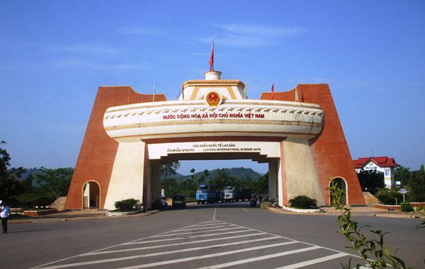 http://phongnhaexplorer.com/wp-content/uploads/du-lich-quang-binh-quang-tri-Cua-khau-Lao-Bao-300x190.jpg