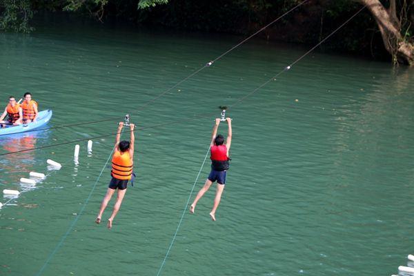 Đu dây Zip-line tắm sông Chày