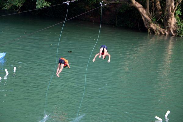 Thả rơi từ Zip-line Sông Chày tắm sông